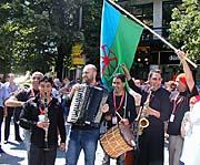 Defilé romských hudebníků ulicemi Prahy v rámci festivalu Khamoro