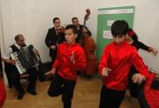 Taneční soubor Merci na vernisáži výstavy Co to máš na sobě? (Foto: Jana Šustová)