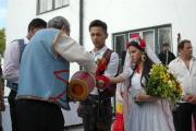 Jan Bendig a Aneta Kováčová, čhibalo nalévá ženichovi a nevěstě do rukou víno (Foto: Jana Šustová)