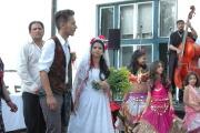 Předvádění romské svatby na festivalu Khamoro v roce 2011 (Foto: Jana Šustová)