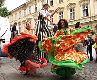 Členky souboru Nikolaje Vebického při defilé v ulicích Prahy (Foto: Kristýna Maková)