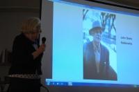 Anne Sutherlandová ukazuje fotografie důležitý členů romské komunity (Foto: Jana Šustová)