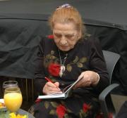 Ceija Stojka podepisuje svou knihu Žijeme ve skrytu (Foto: Jana Šustová)