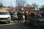 Skupina gardistů v maskáčích v centru obce Gyöngyöspata (Foto: Gregor Martin  Papucsek)