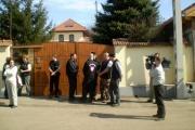 Skupina gardistů před penziónem, jeho majitelka na snímku vlevo (Foto: Gregor Martin Papucsek)