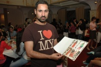 Pavel Berky s módním katalogem, který vytvořily děti (Foto: Jana Šustová)