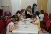 Výtvarnice Lada Gažiová při práci s dětmi (Foto: Jana Šustová)