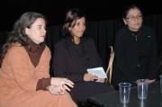 Gwendolyn Albert (vlevo) na besedě se studenty