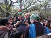 Vázání stužek na Strom tolerance (Foto: Jana Šustová)