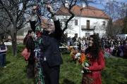 Vázání stužek na strom tolerance, který později uhynul (Foto: Jana Šustová)