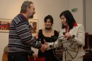 Ján Sajko při přebírání Ceny Muzea romské kultury od Jany Horváthové a Jany Polákové, 26. 11. 2010 (Foto: Jana Šustová)