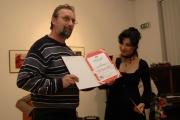 Ján Sajko převzal Cenu Muzea romské kultury od ředitelky Jany Horváthové (Foto: Jana Šustová)