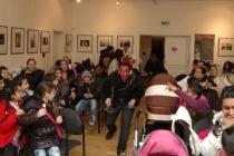 Mikuláš hovoří s holčičkou z dětského klubu Muzea romské kultury (Foto: Jana Šustová)