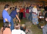 Vaření v kotli nad ohněm na muzejním dvoře (Foto: Jana Šustová)