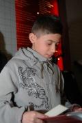 Chlapec z muzejního klubu čte svědectví o holocaustu Romů z knihy Karla Holomka Dávné vzpomínky (Foto: Jana Šustová)