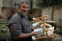Martin Holub ukazuje fotografie svých děl (Foto: Jana Šustová)