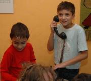 Děti na výstavě o Svazu Cikánů-Romů (Foto: Jana Šustová)