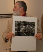 Adam Bartosz s fotografií z cyklu Cesta paměti  (Foto: Jana Šustová)