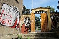 Vchod do nízkoprahového klubu Husita na Žižkově (Foto: Kristýna Maková)