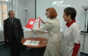 Karel Holomek dostává Prix Irene od Heleny Klímové a Věry Roubalové