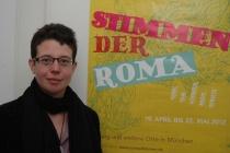 Ředitelka Českého centra v Mnichově před plakátem projektu Hlasy Romů (Foto: Jana Šustová)