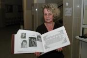 Maria Łój ukazuje Rodinnou kroniku (Foto: Jana Šustová)