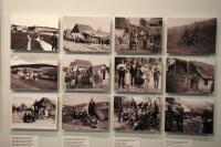 Policejní fotografie Romů a jejich obydlí v Rakousku. Z výstavy Romane thana (Foto: Jana Šustová)