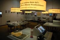 Stolečky s video a audio příběhy Romů na výstavě Romane thana (Foto: Jana Šustová)
