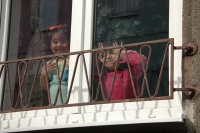 Děti za oknem (Foto: Jana Šustová)