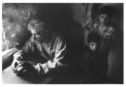 Portrét u okna byl pořízen při čekání na matku, která se po dlouhé nemoci vracela z nemocnice. Litva. (Foto: Douglas Green)