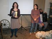 Lenka Nádvorníková ukazuje knihu Milena Hübschmannová ve vzpomínkách