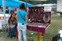 Také romští stříbrníci na pouti prodávali své výrobky (Foto: Jana Šustová)