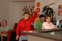 Patrik Tuleja zvoněním svolává děti do kroužku náboženství (Foto: Jana Šustová)