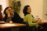 Dana Hrušková (uprostřed) se sestrou Ivetou Kokyovou na projektu Prethodžipen – Překlad (Foto: Jana Šustová)