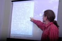 Romista Zbyněk Andrš ukazuje text k Dekádě romské inkluze (Foto: Jana Šustová)