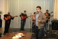 Tomáš Svoboda z Ústavu translatologie FF UK uvádí koncert kapely Le čhavendar (Foto: Jana Šustová)