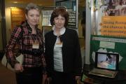 Zleva: Učitelka Tatiana Kamzíková a ředitelka Marta Bošeľová ze ZŠ  Šumiac na konferenci v Bruselu (Foto: Jana Šustová)
