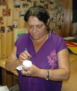 Kveta Berkiová vyrábí panenku (Foto: Jana Šustová)