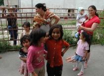 Romské ženy a děti z osady v Rudňanech (Foto: Jana Šustová)