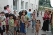 Děti čekají ve frontě na zapůjčení koloběžky