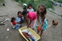 Romské děti v osadě Rudňany na Slovensku (Foto: Jana Šustová)
