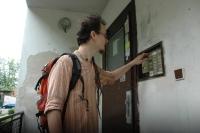 Terénní sociální pracovník Adam Fialík zvoní na manžele Gabčovi (Foto: Jana Šustová)