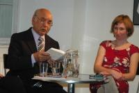 Andrej Giňa čte z knihy Paťiv. Ještě víme, co je úcta. Vpravo je romistika Helena Sadílková (Foto: Jana Šustová)