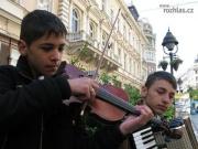 Dva zázrační romští muzikanti hrají denně na rušné pěší zóně v Bělehradě (Foto: Jaromír Janev)