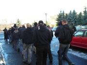 Přívrženci Dělnické strany pochodují Janovem (Foto: Gabriela Hauptvogelová)
