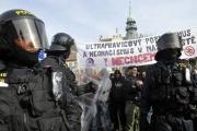 Policejní těžkooděnci v Novém Bydžově (Foto: Filip Jandourek)