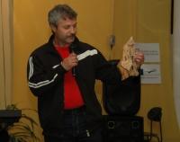 Ján Goroľ ukazuje výrobek z řezbářské dílny (Foto: Jana Šustová)
