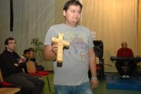Člen kapely Lond ukazuje dětský výrobek ze dřeva (Foto: Jana Šustová)