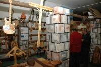 Výrobky z řezbářské dílny v Čičavě na výstavě I Romové jsou Boží v Ostravě (Foto: Jana Šustová)