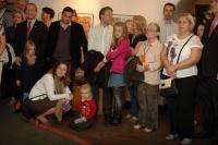 Lidé na vernisáži výstavy Katitzi, ty to zvlášdneš (Foto: Jana Šustová)